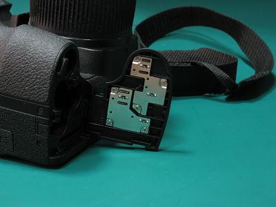 polomljena vratanca na fotoaparatu